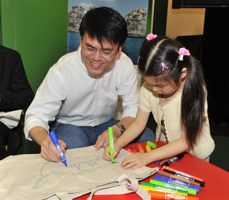 「儿童环保袋创作坊」宣扬自备购物袋信息(附图)