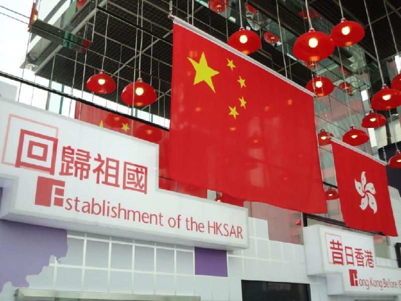 中华人民共和国国旗和香港特别行政区区旗在香港馆内悬挂,突显香港与