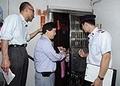 九龍城區防火委員會主席蕭楚基(中)與九龍城民政事務處、消防處及屋宇署人員,向「三無大廈」的居民派發宣傳單張,推廣消防和樓宇安全。
