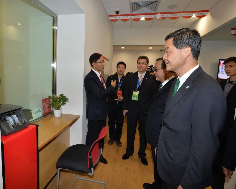 梁振英(右一)参观前海企业公馆