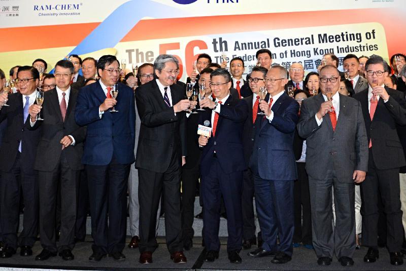財政司司長曾俊華(前排左四)和香港工業總會主席鄭文聰教授(前排右四)聯同其他嘉賓今日(七月十二日)在香港工業總會第56屆會員周年午宴上祝酒。