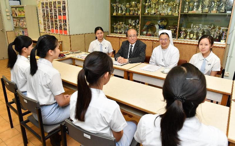 教育局局長吳克儉(後排左二)今日(七月十三日)在天主教母佑會蕭明中學聆聽應屆香港中學文憑考試考生闡述抱負。後排右二為該校校長郭明英修女。