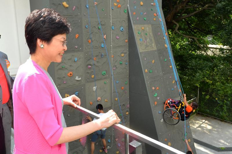 政務司司長林鄭月娥今日(七月十六日)出席香港傷健協會賽馬會傷健營優化營舍啟用典禮。圖示林鄭月娥參觀營舍設施。