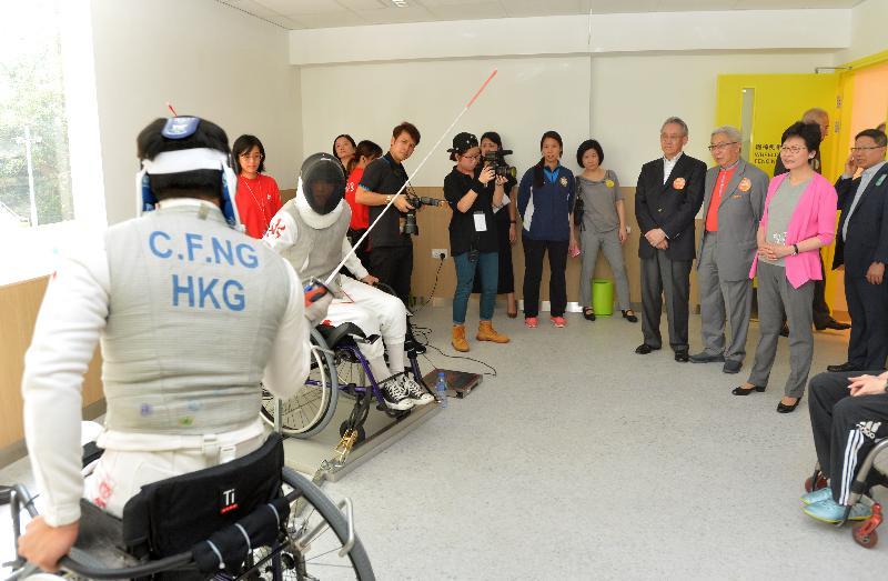 政務司司長林鄭月娥今日(七月十六日)出席香港傷健協會賽馬會傷健營優化營舍啟用典禮。圖示林鄭月娥(右一)參觀營舍設施。