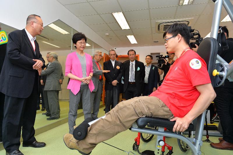 政務司司長林鄭月娥今日(七月十六日)出席香港傷健協會賽馬會傷健營優化營舍啟用典禮。圖示林鄭月娥(左二)參觀營舍設施。