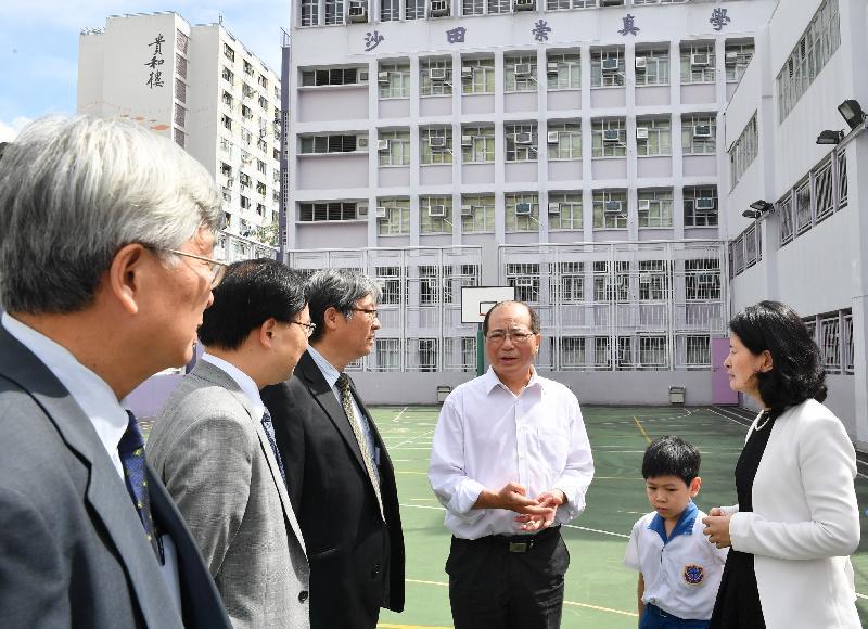 教育局局長吳克儉(右三)今日(七月十八日)參觀沙田崇真學校的操場,該操場是學校改善工程計劃增設的其中一項設施。