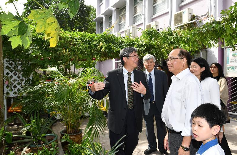 教育局局長吳克儉(左三)今日(七月十八日)參觀沙田崇真學校地下操場旁的小花園。