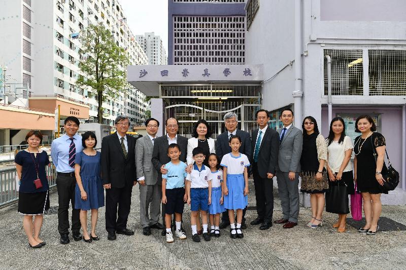 教育局局長吳克儉(後排左六)今日(七月十八日)探訪沙田崇真學校,並與學校人員和學生合照。