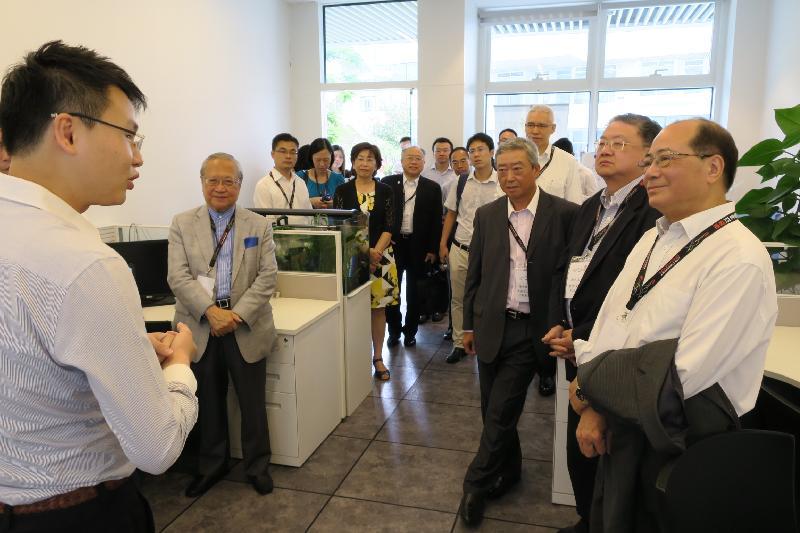 教育局局長吳克儉(右一)今日(七月二十日)與六名大學校董會主席參觀前海深港青年夢工場內的創業園。