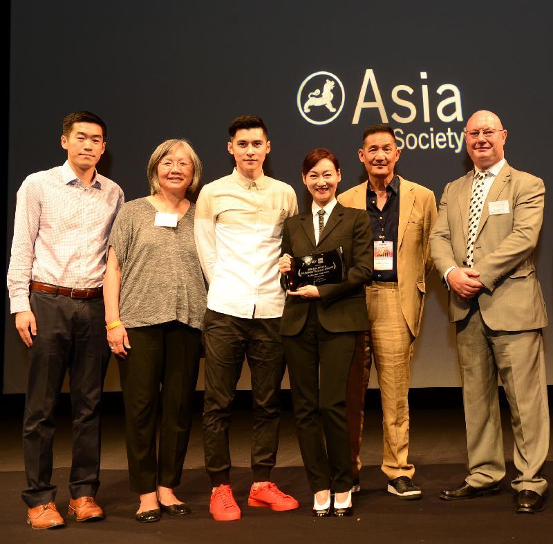 香港駐紐約經濟貿易辦事處處長柏嘉禮(右一)、演員惠英紅(右三)和演員陳家樂(左三)七月十九日(紐約時間)在紐約出席2016年亞洲媒體人文精神獎頒獎禮。