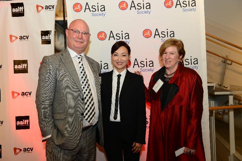 香港駐紐約經濟貿易辦事處處長柏嘉禮(左)七月十九日(紐約時間)在紐約與演員惠英紅(中)和亞洲協會環球演藝和特色文化倡議總監顧麗采 (右)合照。