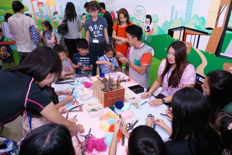環境保護署(環保署)今年再度參加香港書展。由環保署舉辦的升級再造工作坊,由導師帶領參加者親身體驗如何「轉廢為寶」,深受市民尤其是小朋友歡迎。