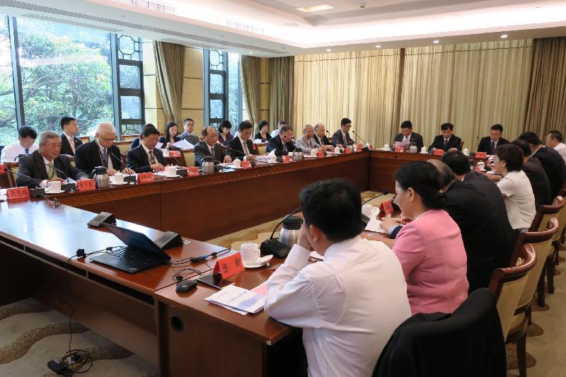 教育局局長吳克儉(前排左四)今日(七月二十一日)與六名大學校董會主席出席在廣州舉行的粵港大學高層交流會。