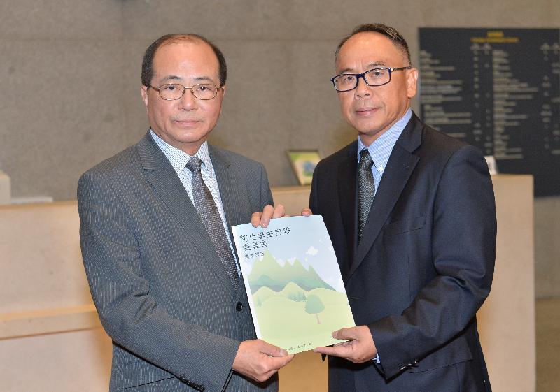 防止學生自殺委員會主席葉兆輝教授(右)今日(七月二十二日)向教育局局長吳克儉(左)提交進度報告及初步建議。