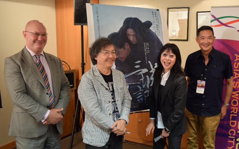 導演編劇組合張婉婷(右二)和羅啟銳(左二)與香港駐紐約經濟貿易辦事處處長柏嘉禮(左一)及亞洲電影視界執行董事胡少華(右一)七月二十二日(紐約時間)在紐約出席《三城記》電影記者會。