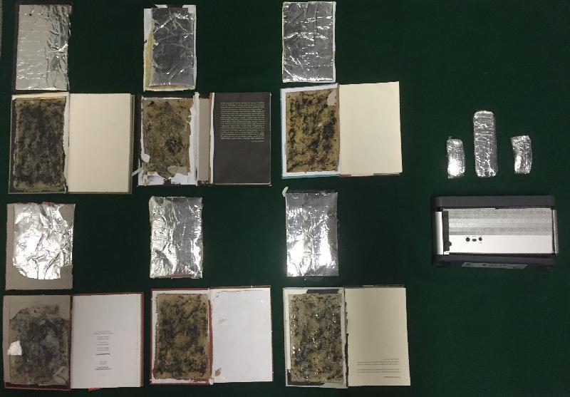 香港海關分別於七月十七日、二十二日及二十三日,在香港國際機場空郵中心檢獲約一千六百克懷疑可卡因。圖示收藏於六本書籍的背部封面(左)及一個喇叭(右)內的懷疑可卡因。