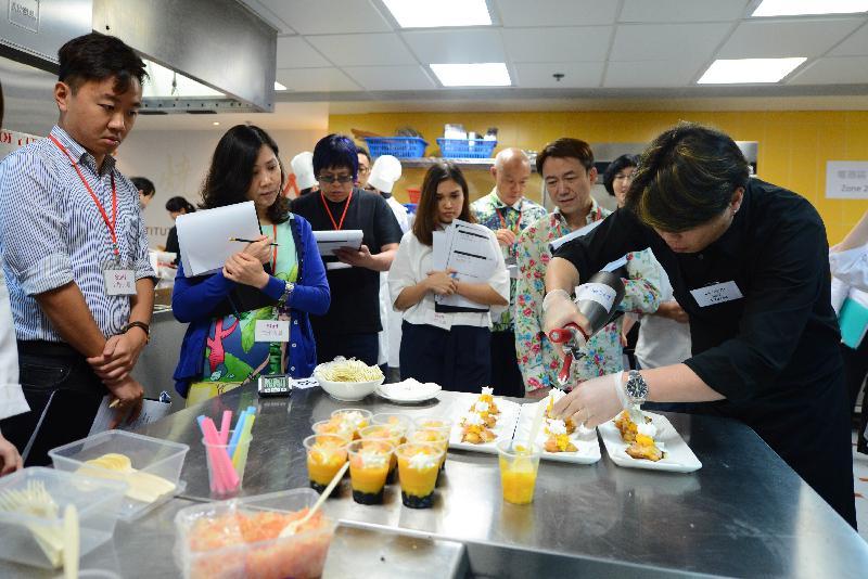 美食車先導計劃「烹飪挑戰賽」昨日(七月二十六日)在中華廚藝學院舉行,旅遊事務專員朱曼鈴(左二)和其他評審委員會成員一同評審入圍申請者(右一)示範的招牌菜。