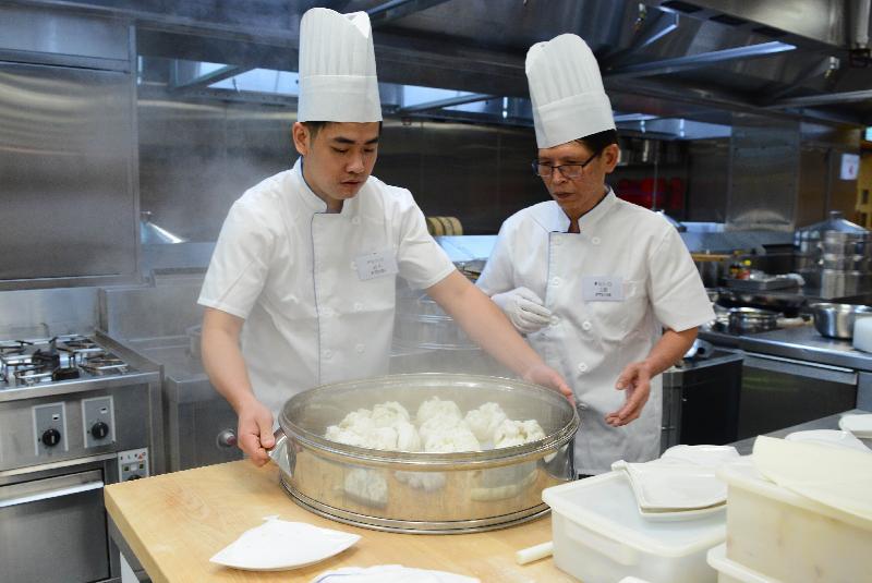 美食車先導計劃「烹飪挑戰賽」昨日(七月二十六日)在中華廚藝學院舉行,入圍申請者示範其招牌菜。