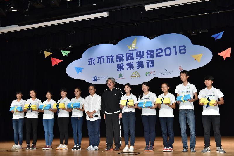 財政司司長曾俊華今日(七月三十日)下午在香港浸會大學出席永不放棄同學會2016畢業典禮。圖示曾俊華(右六)、永不放棄同學會創辦人麥潤壽(左六)和畢業同學合照。