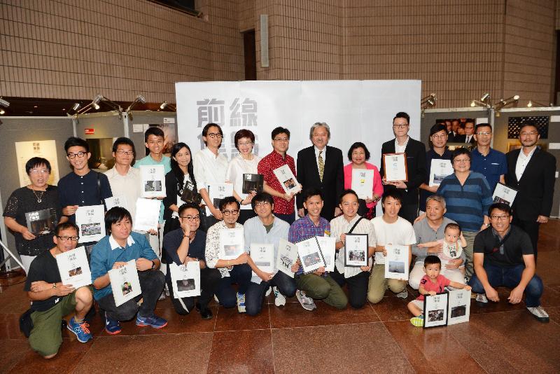 財政司司長曾俊華今日(八月四日)下午出席香港攝影記者協會《前線.焦點2015》新聞攝影比賽得獎作品展暨頒獎禮。圖示曾俊華(後排右六)、香港攝影記者協會主席鍾林枝(後排左六)及中華電力有限公司企業發展總裁莊偉茵(後排左七)與得獎者合照。