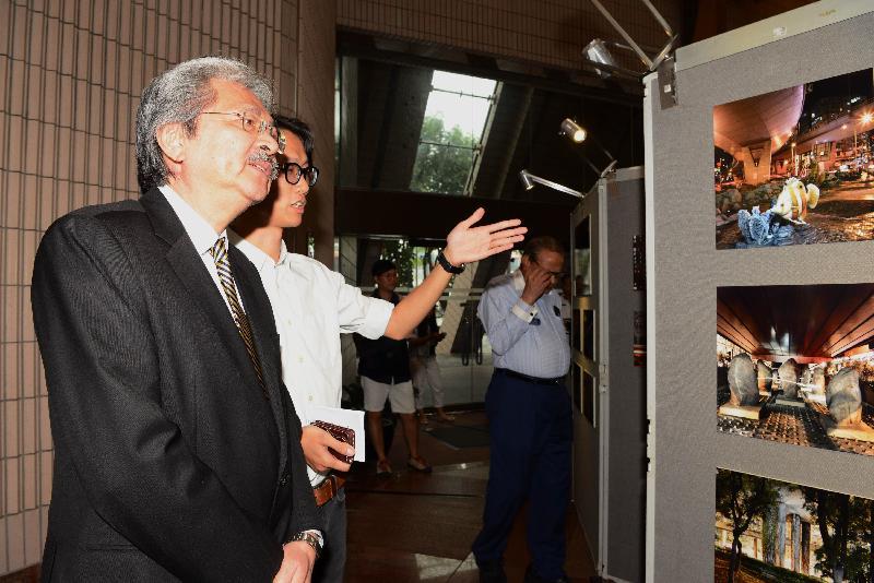 財政司司長曾俊華今日(八月四日)下午出席香港攝影記者協會《前線.焦點2015》新聞攝影比賽得獎作品展暨頒獎禮。圖示曾俊華(左)觀賞新聞攝影比賽得獎作品。