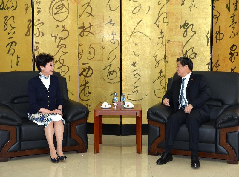 政務司司長林鄭月娥(左)今日(八月十六日)在越南胡志明市與中國駐胡志明市總領事陳德海會面。