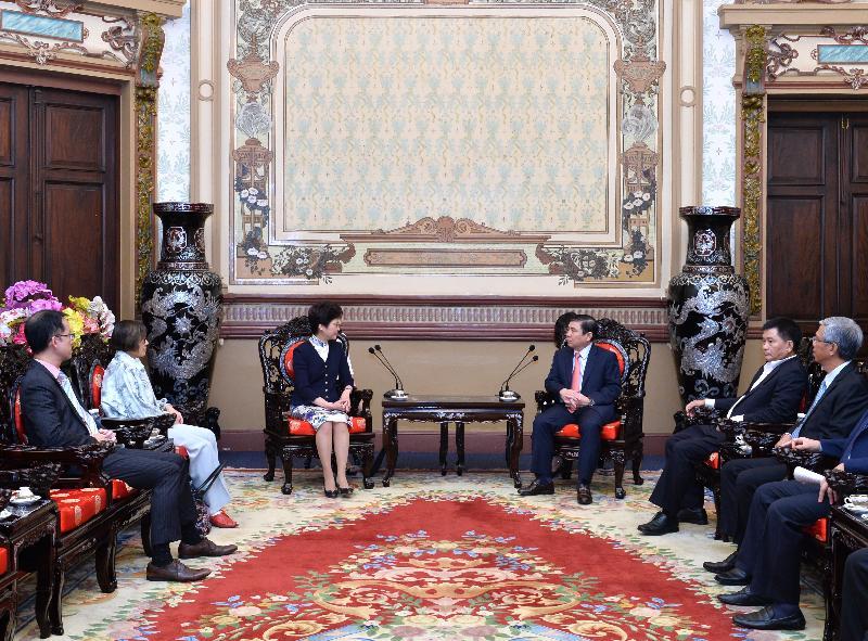 政務司司長林鄭月娥(左三)今日(八月十六日)在越南胡志明市與胡志明市人民委員會主席阮成峰(右三)會面。