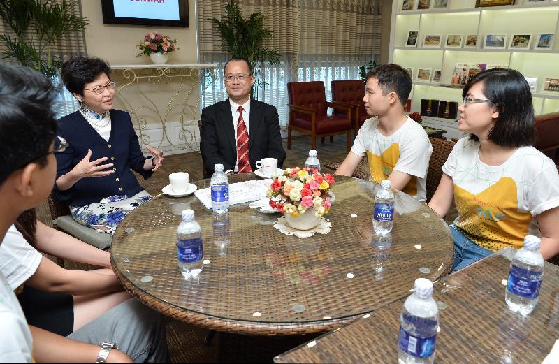 政務司司長林鄭月娥(右四)今日(八月十六日)在香港中華總商會永遠名譽會長蔡冠深博士(右三)陪同下,在越南胡志明市與新華基金會環球青年領袖網絡的青年領袖見面。