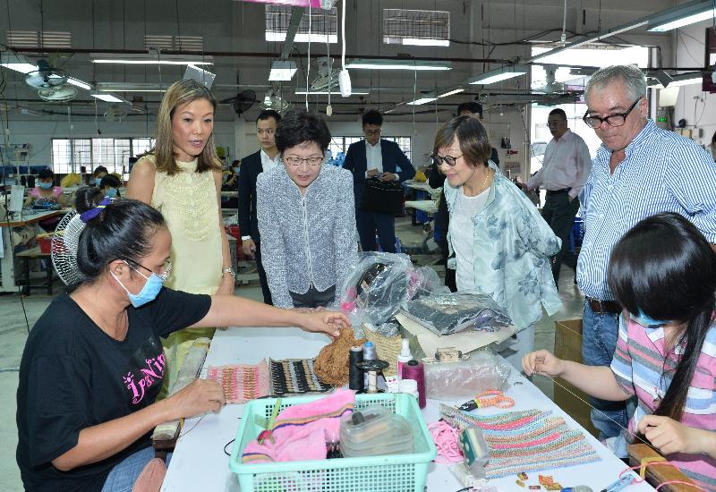政務司司長林鄭月娥(左三)今日(八月十六日)在越南胡志明市參觀一間香港公司設立的時裝配飾廠。