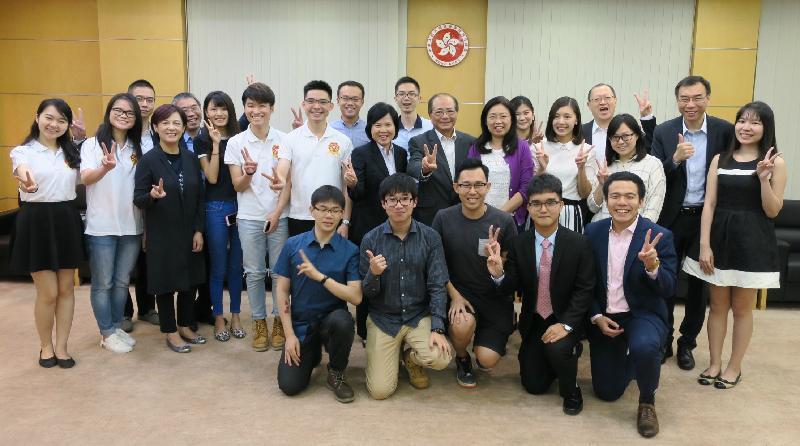 教育局局長吳克儉(後排右八)今日(八月十七日)與在北京的香港大學生會面,了解他們在內地升學及生活的情況。