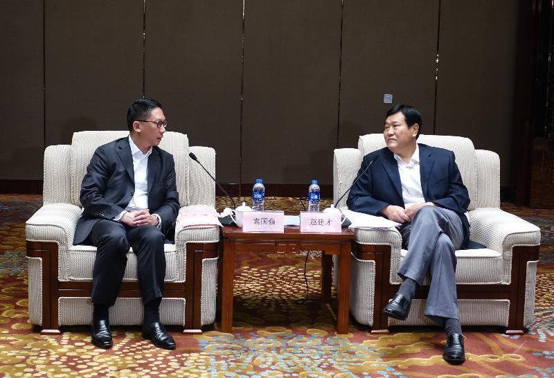 律政司司長袁國強資深大律師(左)今日(八月十八日)在河南鄭州與河南省副省長趙建才(右)會面。