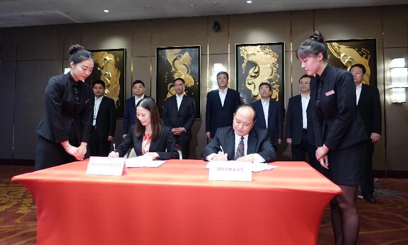 律政司司長袁國強資深大律師(後排左三)今日(八月十八日)在河南鄭州出席香港中小型律師行協會與河南省律師協會,就「一帶一路」倡議下律師戰略合作備忘錄的簽署儀式。