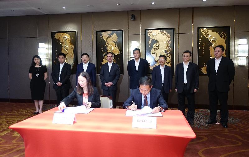 律政司司長袁國強資深大律師(後排左四)今日(八月十八日)在河南鄭州出席香港中小型律師行協會與鄭州市仲裁委員會,就「一帶一路」倡議下仲裁員戰略合作備忘錄的簽署儀式。