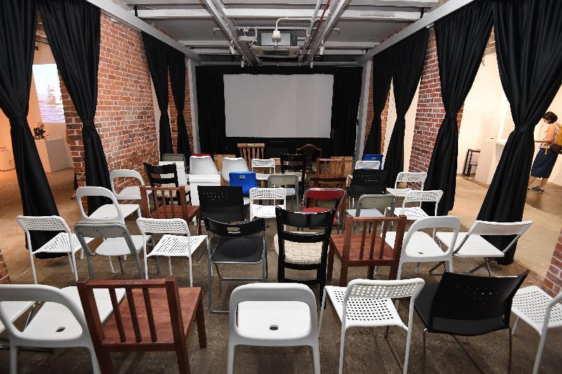 油街實現由即日起至明年一月二日化身為「即日放送」社區影院,為市民播放新進電影導演與製作人的作品。