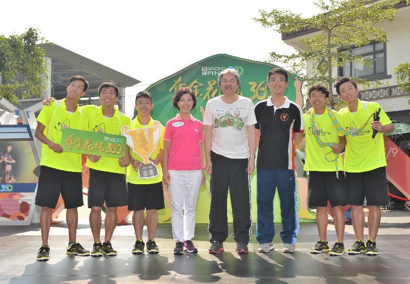 財政司司長曾俊華(右四)、昂坪360董事總經理關敏怡博士(左四)、香港跳繩代表隊教練鄭淦元(右三)及香港跳繩代表隊成員今日(八月二十四日)在昂坪市集舉行的「奪金花繩360」新聞發布會上合照。