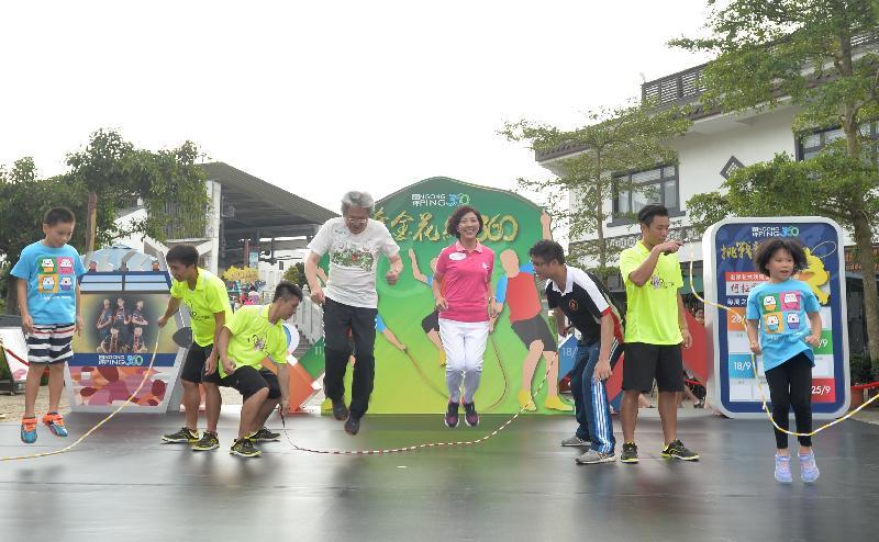 財政司司長曾俊華(左四)今日(八月二十四日)在昂坪市集舉行的「奪金花繩360」新聞發布會上,與昂坪360董事總經理關敏怡博士(右四)、香港跳繩代表隊教練鄭淦元(右三)、香港跳繩代表隊成員及其他人士一同參與跳繩活動。