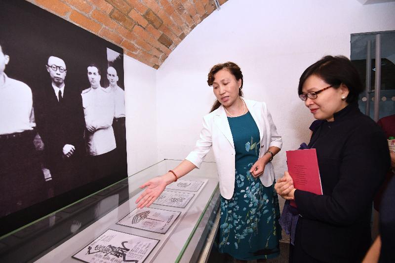 偽滿皇宮博物院副院長趙繼敏(左)今日(八月二十五日)在「天子.公民--末代皇帝溥儀」展覽向民政事務局副局長許曉暉(右)介紹展品。