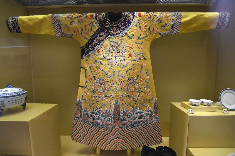 按清代禮制,皇帝登基時必須穿上朝服。「天子.公民──末代皇帝溥儀」展覽展出溥儀還未滿三周歲時登基所穿小龍袍的複製品(偽滿皇宮博物院藏品)。