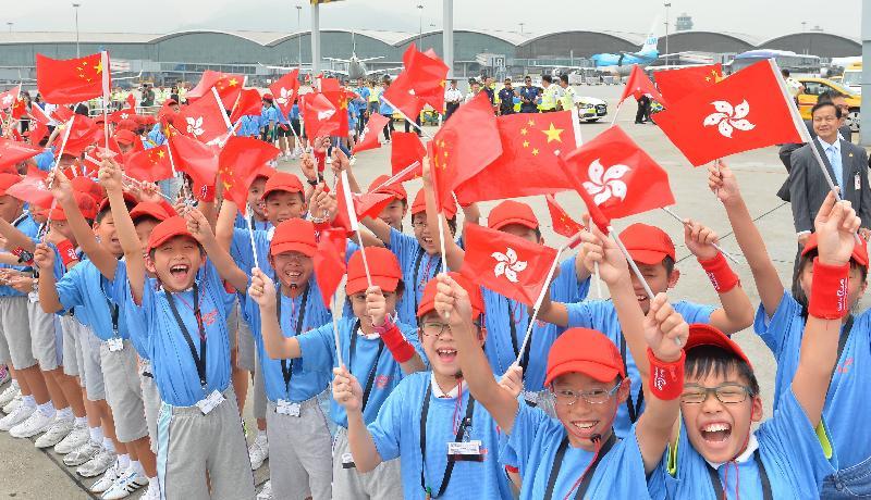 里約奧運會內地奧運精英代表團今日(八月二十七日)上午由團長國家體育總局局長劉鵬率領,抵港訪問三天。圖示小孩夾道歡迎訪港代表團。