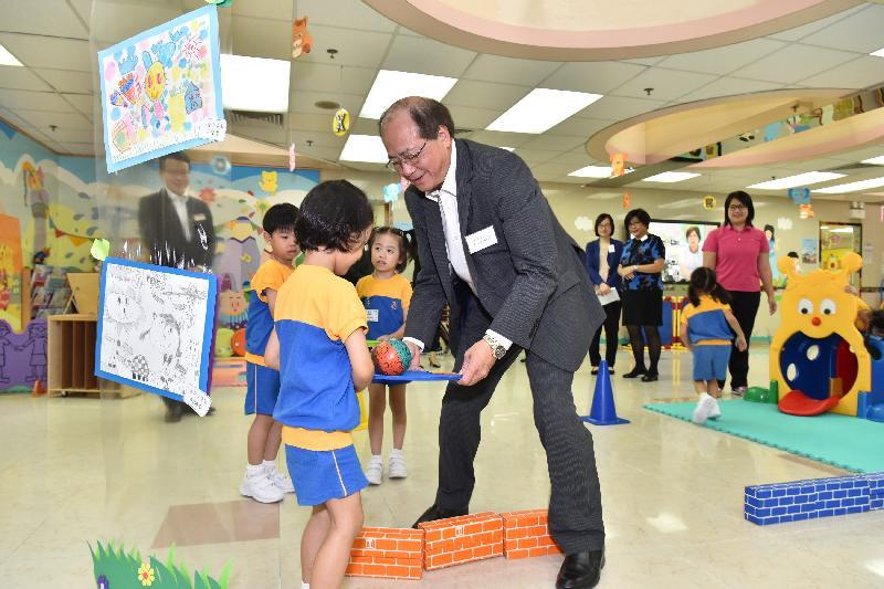 教育局局長吳克儉(右)今日(八月二十九日)參觀保良局李徐松聲紀念幼稚園,與學生一起參與體能活動。