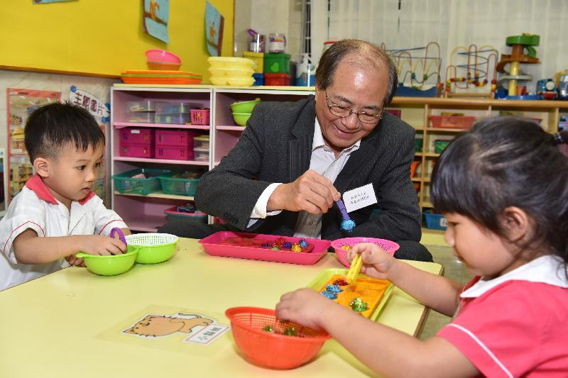 教育局局長吳克儉(中)今日(八月二十九日)參觀保良局李徐松聲紀念幼稚園,與學生一起參與訓練小肌肉發展的活動。
