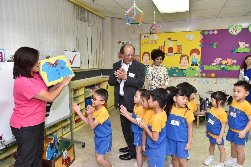 教育局局長吳克儉(左三)今日(八月二十九日)探訪保良局李徐松聲紀念幼稚園,參觀學生參與學習遊戲。