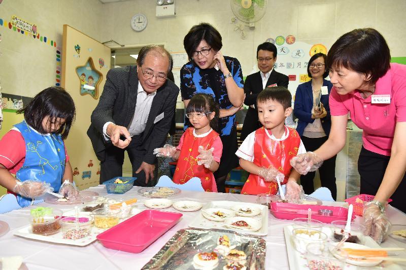 教育局局長吳克儉(左二)今日(八月二十九日)探訪保良局李徐松聲紀念幼稚園,參觀學生製作小食。