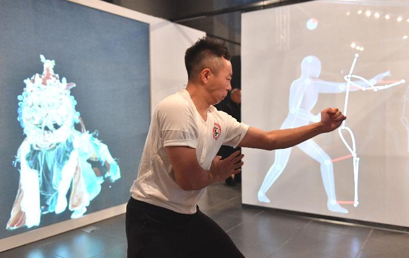 「客家功夫三百年﹕數碼時代中的文化傳承」展覽明日(九月二日)至九月三十日在香港文化博物館舉行。圖示互動展品「變身功夫大師」,透過感應裝置,讓參觀者跟隨投射在熒幕上的動作,學習不同的功夫套路。