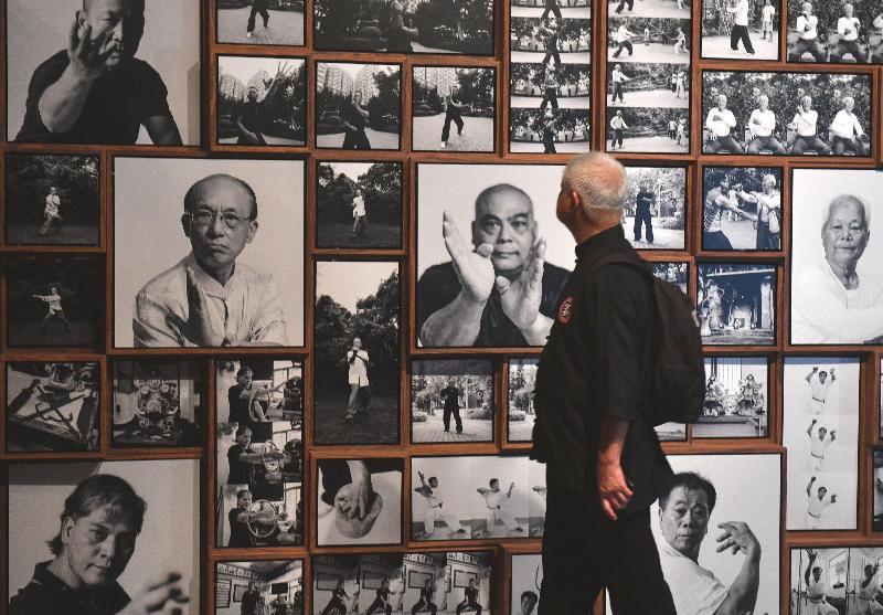 「客家功夫三百年──數碼時代中的文化傳承」展覽明日(九月二日)至九月三十日在香港文化博物館舉行。圖為藝術家與展覽設計師鄭智禮的作品《大師閣》,他從百子櫃獲得靈感,把攝影師鄧明東拍攝的一眾功夫師傅肖像重新演繹並編排成為存檔雕塑。