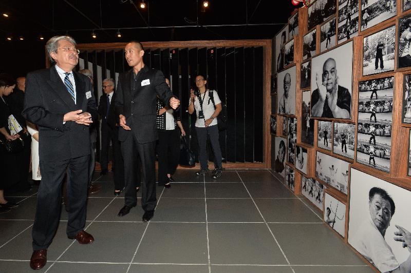 財政司司長曾俊華今日(九月一日)晚上在香港文化博物館出席「客家功夫三百年:數碼時代中的文化傳承」展覽開幕典禮。圖示曾俊華(左)參觀展覽。