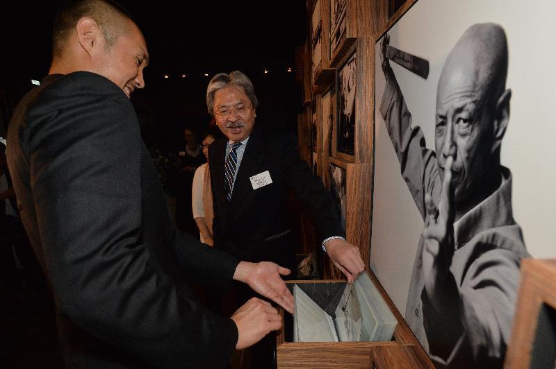 財政司司長曾俊華今日(九月一日)晚上在香港文化博物館出席「客家功夫三百年:數碼時代中的文化傳承」展覽開幕典禮。圖示曾俊華(右)參觀展覽。