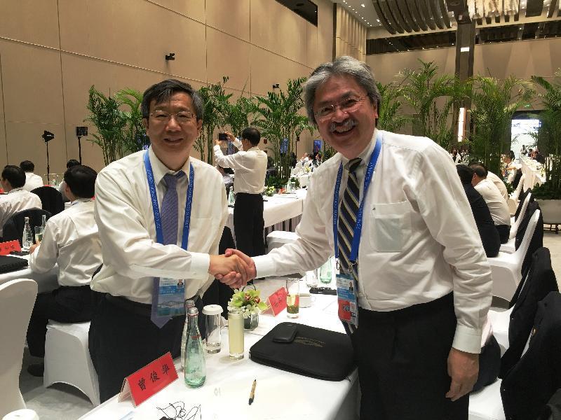 財政司司長曾俊華(右)今日(九月四日)在杭州出席二十國集團領導人峰會時與中國人民銀行副行長易綱交談。