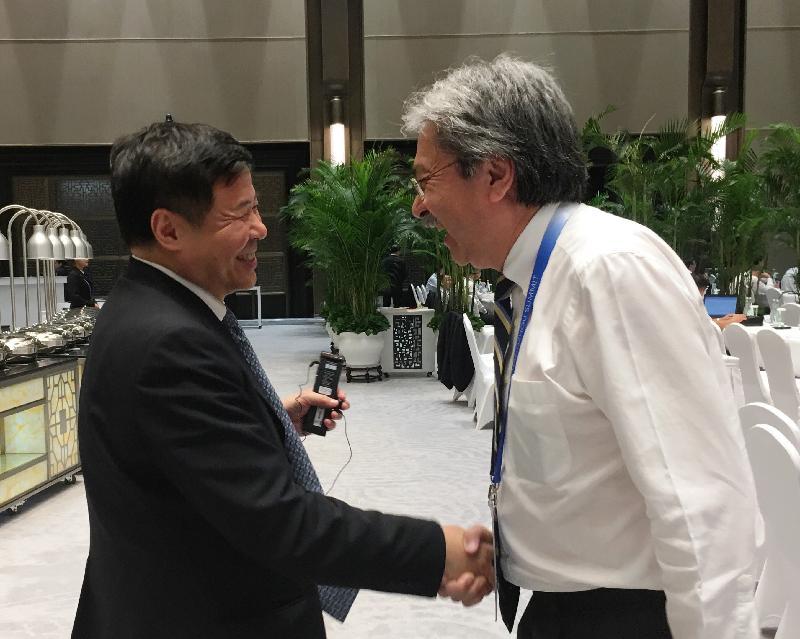 財政司司長曾俊華(右)今日(九月四日)在杭州出席二十國集團領導人峰會時與財政部副部長朱光耀交談。