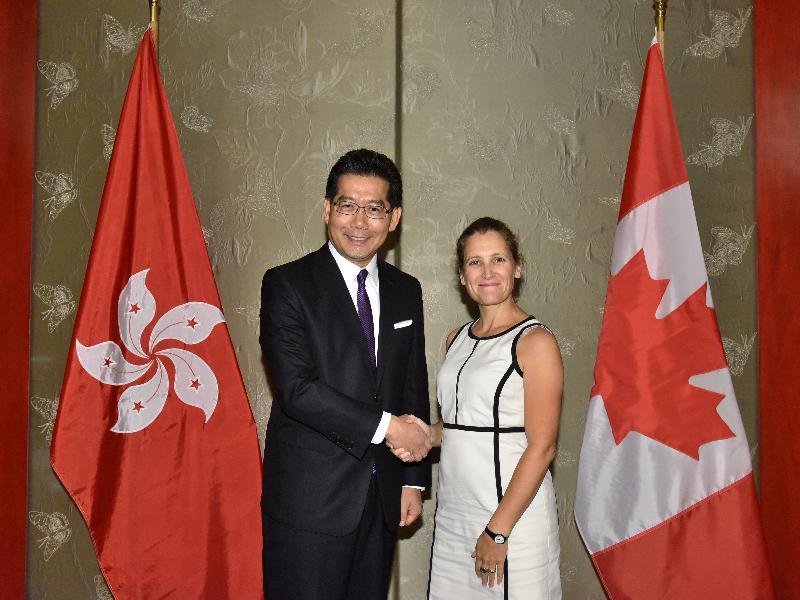 商務及經濟發展局局長蘇錦樑(左)今日(九月六日)與訪港的加拿大國際貿易部部長Chrystia Freeland會面。